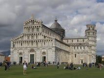 Di Πίζα Duomo καθεδρικών ναών με τον κλίνοντας πύργο του Di Πίζα της Πίζας Torre στο dei Miracoli πλατειών στην Πίζα Στοκ Φωτογραφία