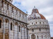 Di Πίζα Duomo καθεδρικών ναών της Πίζας με τον κλίνοντας πύργο της Πίζας στο dei Miracoli πλατειών στην Πίζα Στοκ εικόνες με δικαίωμα ελεύθερης χρήσης