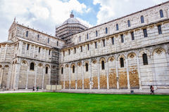 Di Πίζα Duomo καθεδρικών ναών της Πίζας με τον κλίνοντας πύργο της Πίζας στο dei Miracoli πλατειών στην Πίζα Στοκ Φωτογραφία