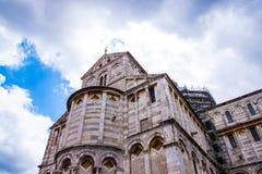 Di Πίζα Duomo καθεδρικών ναών της Πίζας με τον κλίνοντας πύργο της Πίζας στο dei Miracoli πλατειών στην Πίζα Στοκ φωτογραφία με δικαίωμα ελεύθερης χρήσης