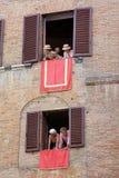 Di Σιένα, Τοσκάνη, Ιταλία Palio Ζωηρόχρωμος ιστορικός χωρίς σέλλα αγώνας αλόγων Κρατημένος στην όμορφη, ιστορική πλατεία del Camp στοκ φωτογραφίες με δικαίωμα ελεύθερης χρήσης