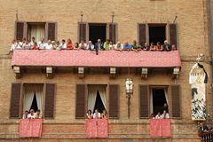 Di Σιένα, Τοσκάνη, Ιταλία Palio Ζωηρόχρωμος ιστορικός χωρίς σέλλα αγώνας αλόγων Κρατημένος στην όμορφη, ιστορική πλατεία del Camp Στοκ εικόνα με δικαίωμα ελεύθερης χρήσης