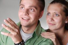 di пар смотря довольно surprisely детенышей стоковое изображение