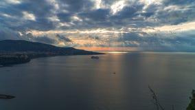 Di Сорренто меты, comune в провинции Неаполь, перемещение, гостиницы, дорога и транспорт, красивые облака и солнечная линия свет стоковые изображения