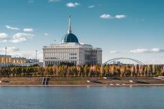 ` Di Ak-Orda del ` del palazzo presidenziale con cielo blu attraverso il fiume a Astana, il Kazakistan immagini stock libere da diritti
