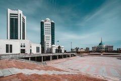 ` Di Ak-Orda del ` del palazzo presidenziale con cielo blu attraverso il fiume a Astana, il Kazakistan fotografie stock