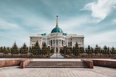 ` Di Ak-Orda del ` del palazzo presidenziale con cielo blu attraverso il fiume a Astana, il Kazakistan immagine stock libera da diritti