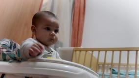 Di angolo basso del neonato del colpo sei mesi svegli nello sviluppo iniziale del camminatore, imparante come camminare archivi video