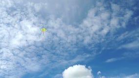 di aquilone colorato Multi di volo in un bello cielo blu stock footage