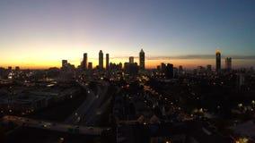 Di Atlanta di paesaggio urbano della mosca crepuscolo aereo indietro stock footage