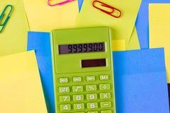 di autoadesivi incollati colorati Multi e calcolatore verde Fotografie Stock