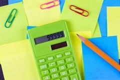 di autoadesivi incollati colorati Multi e calcolatore verde Immagini Stock Libere da Diritti