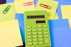 di autoadesivi incollati colorati Multi e calcolatore verde Fotografia Stock