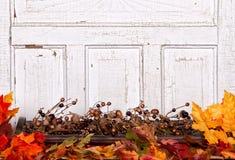 Di autunno vita ancora con le ghiande ed i fogli Fotografia Stock