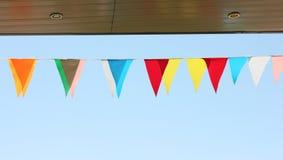 di bandiere colorate Multi su un fondo del cielo blu Fotografie Stock