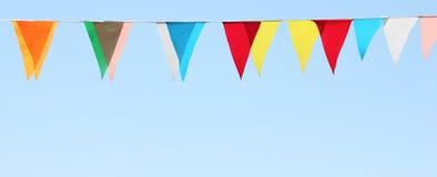 di bandiere colorate Multi su un fondo del cielo blu Fotografia Stock Libera da Diritti