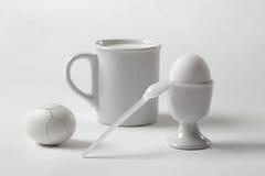 Di bianco vita ancora con una tazza e un uovo Fotografie Stock Libere da Diritti