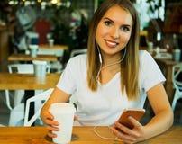 Di blogger di lettura rapida e chiacchierare siti Web allegri di Internet online Fotografia Stock