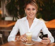 Di blogger di lettura rapida e chiacchierare siti Web allegri di Internet online con gli amici nelle reti sociali sullo smartphon Immagini Stock