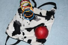 di braccialetti colorati Multi del ` s dei bambini su un ` s della donna backpack nello stile di paese immagini stock