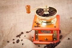 Di caffè. chicchi di caffè e smerigliatrice di caffè Immagine Stock Libera da Diritti