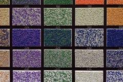 di campioni colorati Multi di pannello di carta e gesso per la decorazione interna nel deposito dei materiali da costruzione fotografia stock libera da diritti