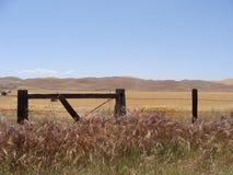 di campo colorato Mulit con le montagne ed il recinto Fotografia Stock Libera da Diritti