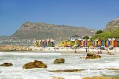 Di capanne colorate di pastello luminose della spiaggia a St James, baia falsa su Oceano Indiano, fuori di Cape Town, il Sudafric immagini stock libere da diritti