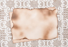 Di carta invecchiato su fondo di pizzo Fotografia Stock