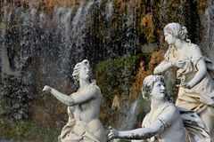 Di Caserta de Reggia, It?lia 10/27/2018 Esculturas de mármore brancas sob a cascata da água imagens de stock