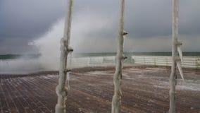 di cavi rivestiti di ghiaccio contro il mare tempestoso immagine stock libera da diritti