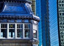 Di Chicago vecchie e nuove costruzioni in città a Chicago River Fotografie Stock Libere da Diritti