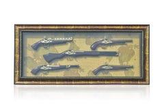 Di cią A fotografii ramę 5 Antycznych pistoletów wieszają na światowej mapy bac Obrazy Royalty Free