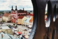2016/06/18 di città di Chomutov, repubblica Ceca - quadrato ' Namesti 1 Maje' con la chiesa Fotografie Stock
