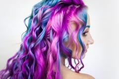 Di coloritura di capelli colorata multi luminosa, tonalità porpora di pendenza e rosa blu Bei capelli fotografie stock