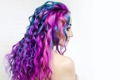 Di coloritura di capelli colorata multi luminosa, tonalit? porpora di pendenza e rosa blu Bei capelli immagini stock