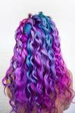 Di coloritura di capelli colorata multi luminosa, tonalit? porpora di pendenza e rosa blu Bei capelli immagine stock