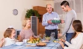 Di congratulazione famiglia caloroso a casa Fotografia Stock