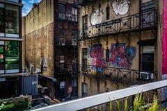 di costruzione coperta di graffiti veduta dall'alta linea in Manhattan, Immagine Stock