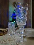 Di cristallo su una tavola festiva Immagine Stock