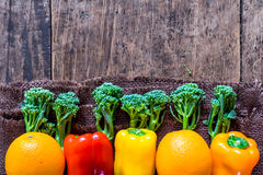Di cui sopra di verdure degli agricoltori freschi con spazio Fotografia Stock