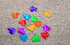 Di cuori colorati multi di Sprectrum su un fondo grigio Fotografia Stock Libera da Diritti