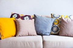 di cuscini colorati Multi su un sofà beige del tessuto, il concetto di hom Fotografia Stock Libera da Diritti