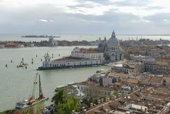 Di de basilique Santa Maria della Salute, Grand Canal et lagune Vue aérienne de Venise de tour de cloche de San Marco images stock