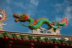di draghi colorati Multi contro un cielo blu Tempio cinese Tua Pek Kong Città di Miri, Borneo, Sarawak, Malesia fotografia stock libera da diritti