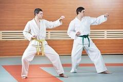 Di due uomini agli esercizi del taekwondo fotografia stock