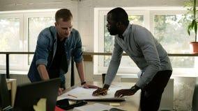 Di due uomini sia confrontante le idee e discutente il progetto Concetto di lavoro Ricerca di piano di vendita Lavoro di ufficio  archivi video