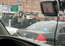 08/21/2008 di emergenza di NYC NY- personale e il civiliand riuniscono il sollision del aaround che ha lasciato uno capovolto fotografie stock