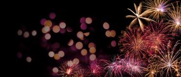 Di esposizione colorata multi splendida dei fuochi d'artificio su cielo notturno scuro, con copyspace e bokeh fotografia stock
