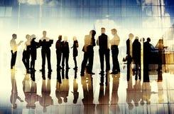 Di för funktionsduglig teamwork för Cityscape för kontur för affärsfolk talande Arkivfoto